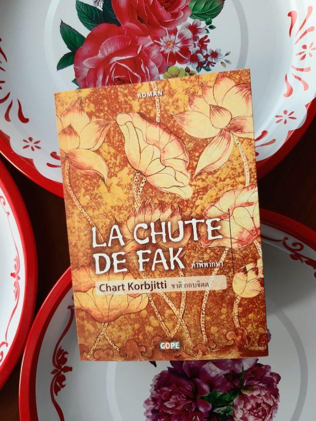 """Couverture du roman thaïlandais """"La chute de Fak"""" de Chart Kobjitti, réédité aux Éditions Gope en décembre 2020. (Crédit : Suzanne Bruneau)"""