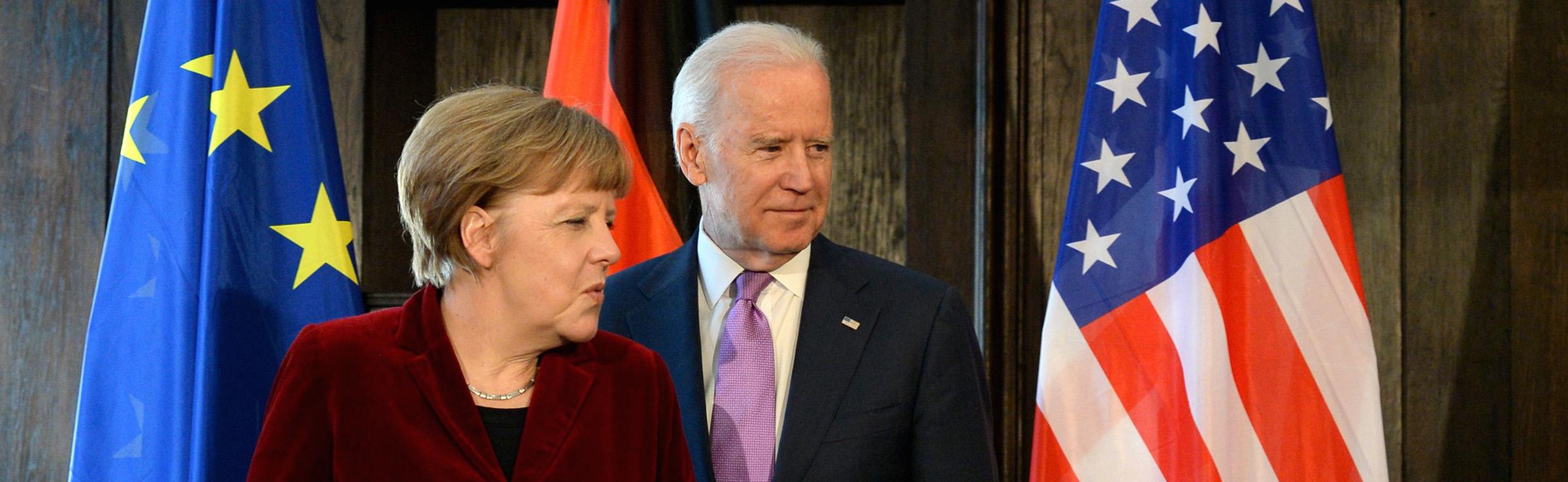 La Chancelière allemande Angela Merkel reçoit Joe Biden, alors vice-président américain, à Munich le 7 février 2015. (Source : Time)