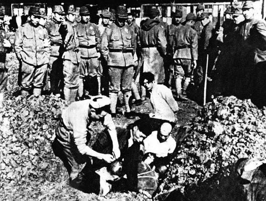 Durant le massacre de Nankin débuté le 13 décembre 1937, des civils chinois furent enterrés vivants. (Source : Wikimedia Commons)