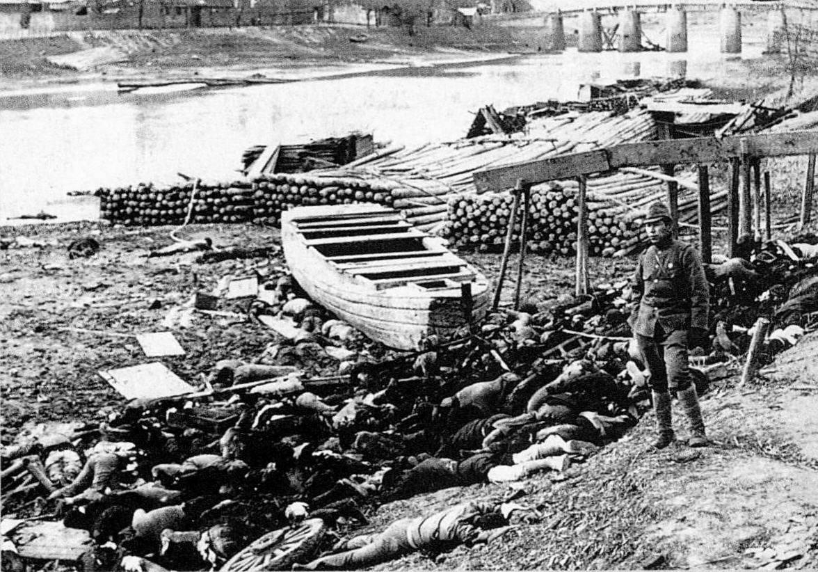 Durant les cinq semaines du massacre de Nankin en 1937, des milliers de soldats chinois désarmés sont entraînés au bord du Yang Tze et mitraillés. L'accumulation de cadavres est telle que les berges et les bords du fleuve sont couverts de plusieurs mètres de hauteur de corps déchiquetés. (Source : STSTW)