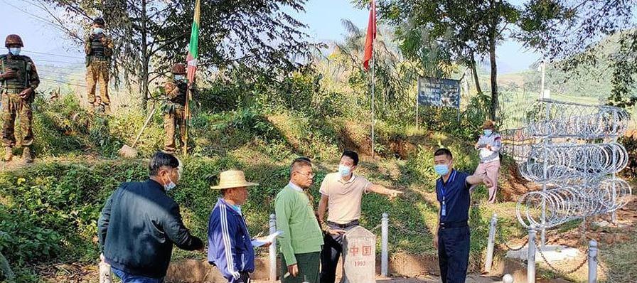 """Des officiels chinois et birmans discutent d'une section de la """"grande muraille du Sud"""" au post BP-125 de la frontière entre la Chine et l'État birman Shan. (Source : The Irrawady)"""