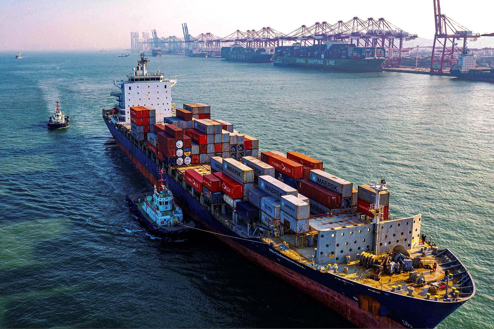 Un cargo à conteneurs dans le port de Qingdao, dans l'est de la Chine. (Source : Brink)