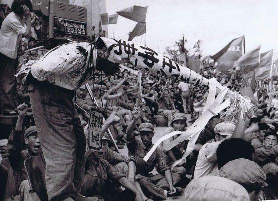 """Durant la Révolution culturelle, les gardes rouges furent encouragés à débarrasser le pays des """"Quatre vieilleries"""" : les """"vieilles idées"""", la """"vieille culture"""", les """"vieilles coutumes"""" et les """"vieilles habitudes"""". Écoles et bureaux du gouvernement furent fermés et leurs employés forcés de subir des """"séances de lutte"""" où ils étaient brutalisés en public, affublés d'immenses bonnets d'âne et exhibés à travers les villes et les villages avec autour du coup des pancartes les accusant de comportement contre-révolutionnaire. (Source : Pinterest)"""