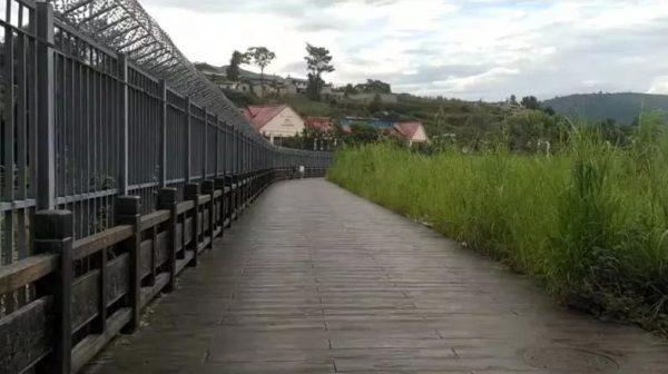 La Chine aurait déjà construit 659 km de mur sur la frontière avec la Birmanie, comme cette section érigée à Wanding dans le Yunnan. (Source : Newsweek)