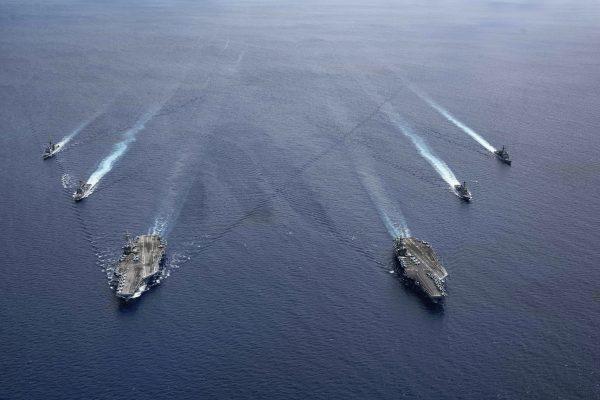 Les porte-avions américains USS Ronald Reagan et USS Nimitz patrouillent en formation en mer de Chine du Sud, le 6 juillet 2020. (Source : APNEWS)