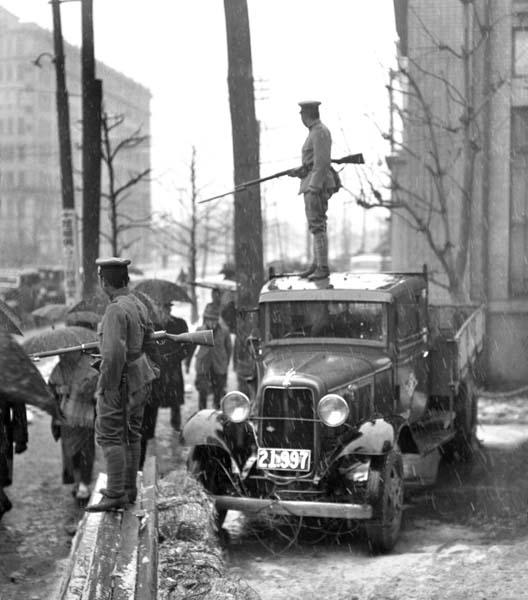 """Tokyo en état de siège lors du putsch militaire raté du """"Niniroku"""", le 26 février 1936. (Source : Nikkan-Gendai)"""