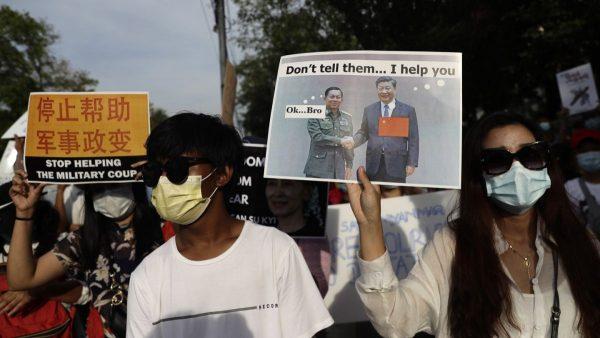 Le président chinois Xi Jinping et le chef de l'armée birmane Min Aung Hlaing sur les pancartes critiques des manifestants birmans contre le coup d'État militaire devant l'ambassade de Chine à Rangoun, le 10 février 2021. (Source : Irish Times)