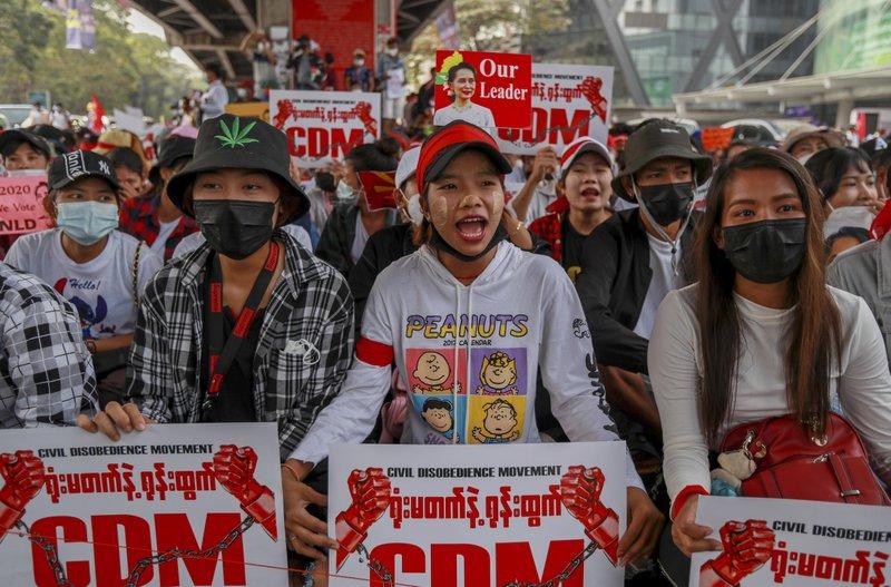 """Les manifestants birmans contre le coup d'État militaire, ici dans les rues de Rangoun le 18 février 2021, poursuivent le """"Mouvement pour la désobéissance civile"""" (Civil Disobedience Movement, CDM). (Source : APNEWS)"""
