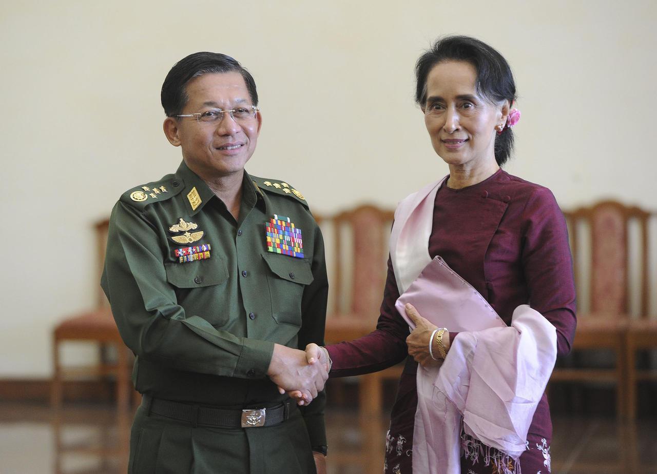 Le général Min Aung Hlaing avec Aung San Suu Kyi, le 2 décembre 2015, en Birmanie. (Source : Courrier International)