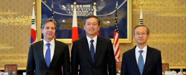Le secrétaire d'État américain Anthony Blinken avec les vice-ministre des Affaires étrangères du Japon, Akitaka Saiki, et de Corée du Sud, Lim Sung-nam, lors de leur réunion trilatérale à Tokyo, le 16 janvier 2021. (Source : CFR) their trilateral meeting, at the foreign ministry's Iikura guest house. January 16, 2016.