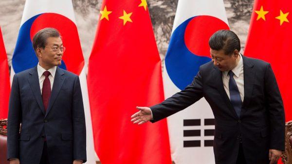 Le président sud-coréen Moon Jae-in et son homologue chinois Xi Jiping dans le Grand Hall du Peuple à Pékin, le 14 décembre 2017. (Source : CFR)