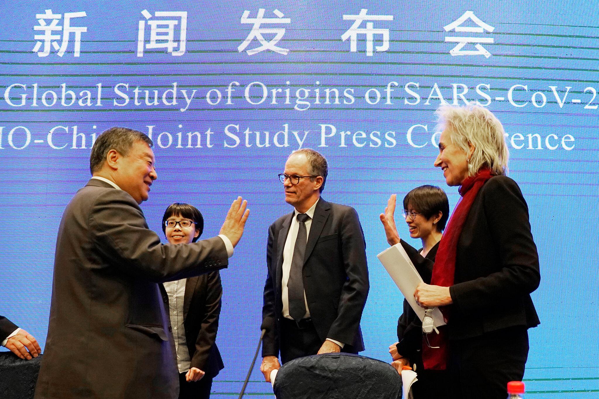 Peter Ben Embarek (au centre), chef de l'équipe des enquêteurs de l'OMS en visite à Wuhan, à la fin d'une conférence de presse le 9 février 2021. (Source : NYT)