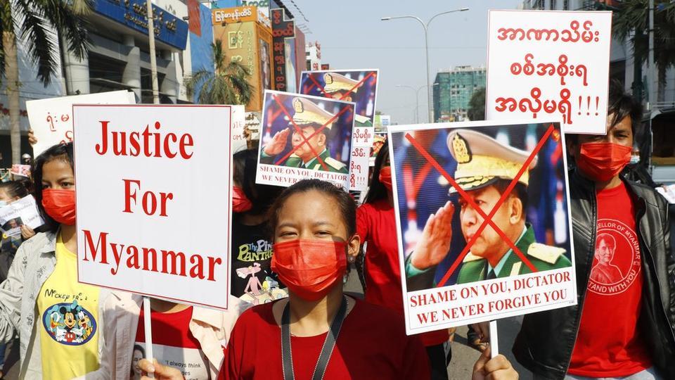 Manifestation contre le coup d'État militaire et contre le chef de la junte Min Aung Hlaing à Mandalay, le 8 février 2021. (Source : TRT)