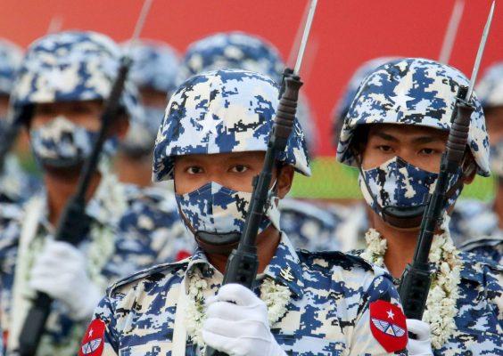 """Soldats birmans lors du défilé militaire pour le """"Jour des forces armées"""" à Naypyidaw, le 27 mars 2021. (Source : Japan Times)"""