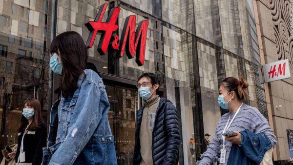 Le géant suédois du textile H&M fait face à une campagne de boycott sur les réseaux sociaux en Chine pour avoir cessé de s'approvisionner en coton au Xinjiang après les informations faisant été de travail forcé dans cette région du Nord-Ouest chinois. (Source : CNN)