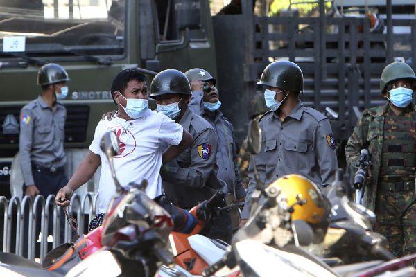 Le 2! février 2021, la police birmane avait procédé à plus de 1 100 arrestations parmi les manifestants contre le coup d'État militaire. (Source : APNEWS)