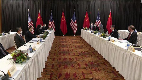 À gauche, la délégation chinoise emmenée par Yang Jiechi, chef du bureau des Affaires étrangères du Parti communiste chinois et le ministre Wang Yi. Face à eux, la délégation américaine emmenée par le secrétaire d'État Anthony Blinken et le conseiller à la sécurité nationale de la Maison Blanche, Jake Sullivan, le 18 mars 2021 à Anchorage en Alaska. (Source : Medium)