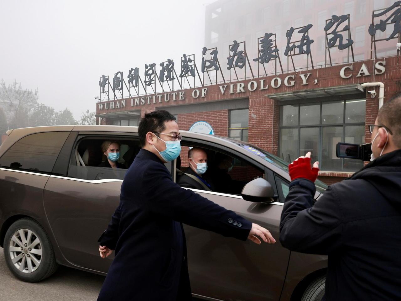 Peter Daszak et Thea Fischern deux des enquêteurs de l'Organisation mondiale de la santé (OMS), arrivent à l'Institut de virologie de Wuhan, le 3 février 2021.(Source : France 24)