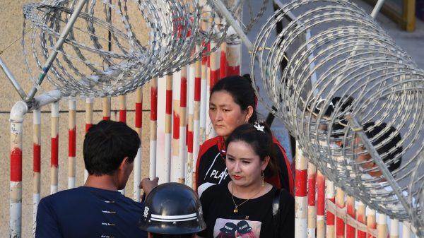 Une Ouïghoure dans un checkpoint à l'entrée du bazar de Hetan, au Xinjiang, province du nord-ouest chinois, le 31 mai 2019.(Source : RFA)
