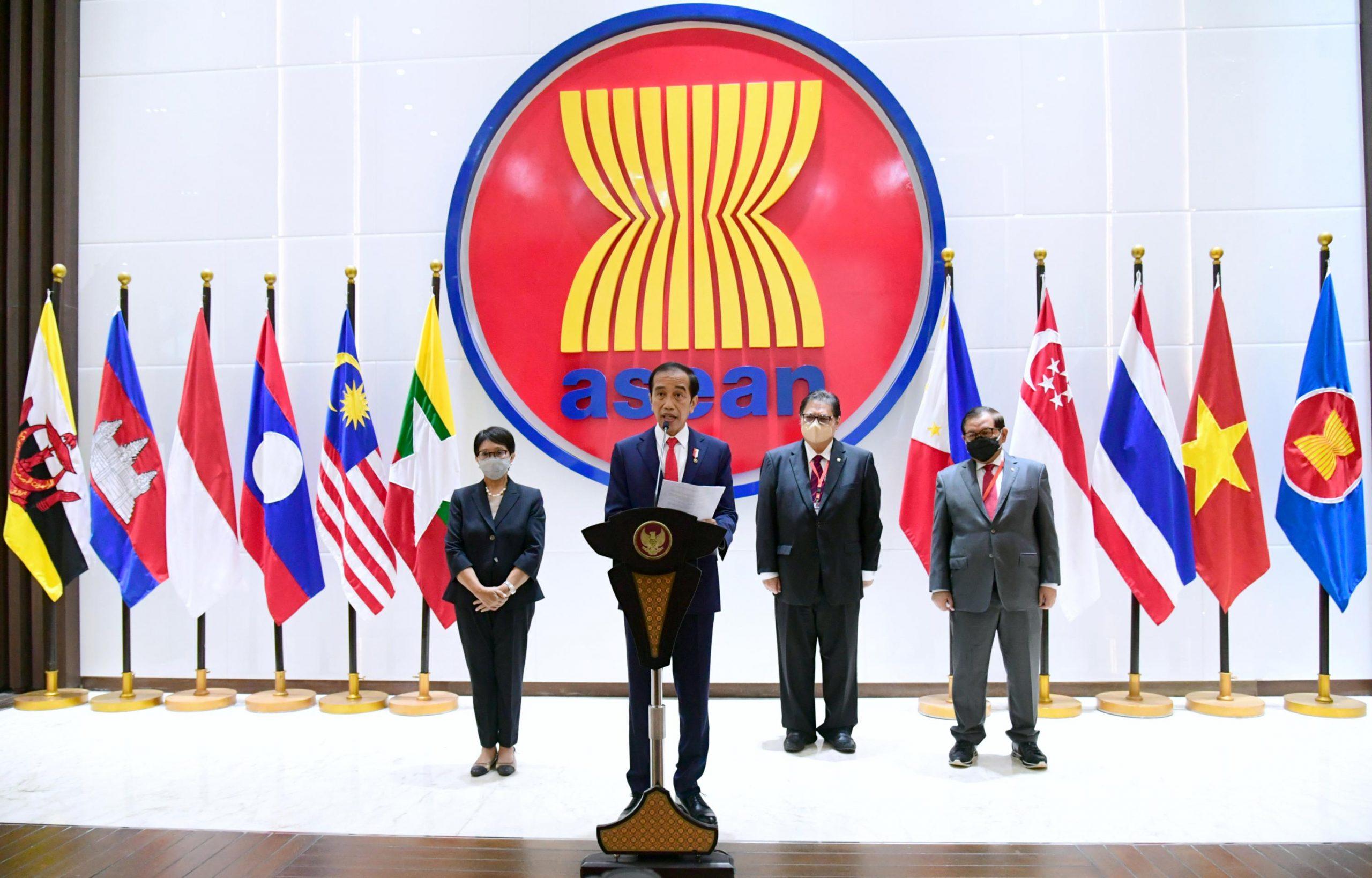 Le président indonésien Joko Widodo lors d'une conférence de presse à l'issue du sommet spécial de l'ASEAN sur la Birmanie, le 24 avril 2021. (Source : APNEWS)