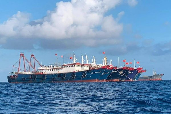 Deux des 220 navires chinois ayant jeté l'ancre au récif Whitsun, à 320 km de l'île philippine de Palawan en mer de Chine du Sud, le 27 mars 2021. (Source : Japan Times) T