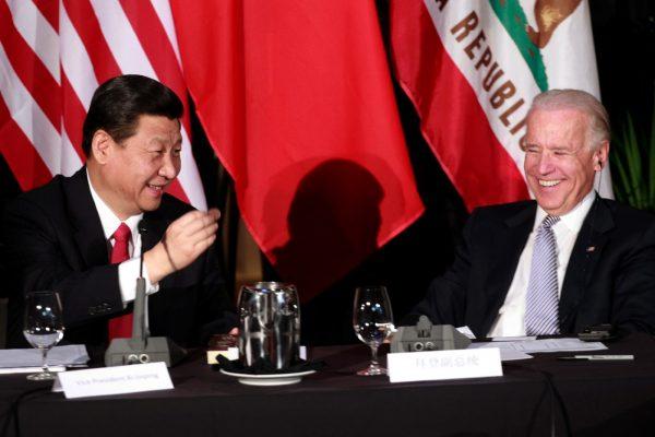 Xi Jinping et Joe Biden lorsqu'ils étaient vice-présidents de leur pays, en 2012 à Los Angeles. (Source : La Croix)