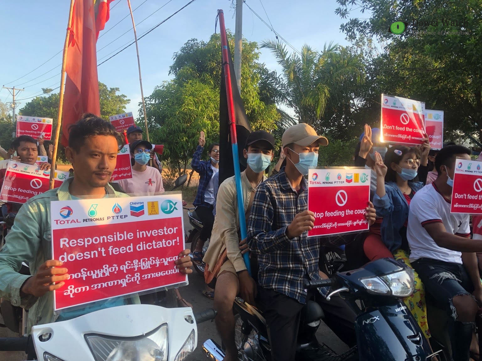 Parmi les manifestants birmans à Kanbauk le 12 février 2021, des salariés du programme économique et social que Total est si fier de financer dans la zone de son gazoduc. Ils réclament l'interruption des financements aux généraux auteurs du coup d'État du 1er février. Ils sont nombreux à participer au Mouvement de désobéissance civile (CDM), pourchassé par la junte. (Source : Compte Facebook de Dawei Watch)