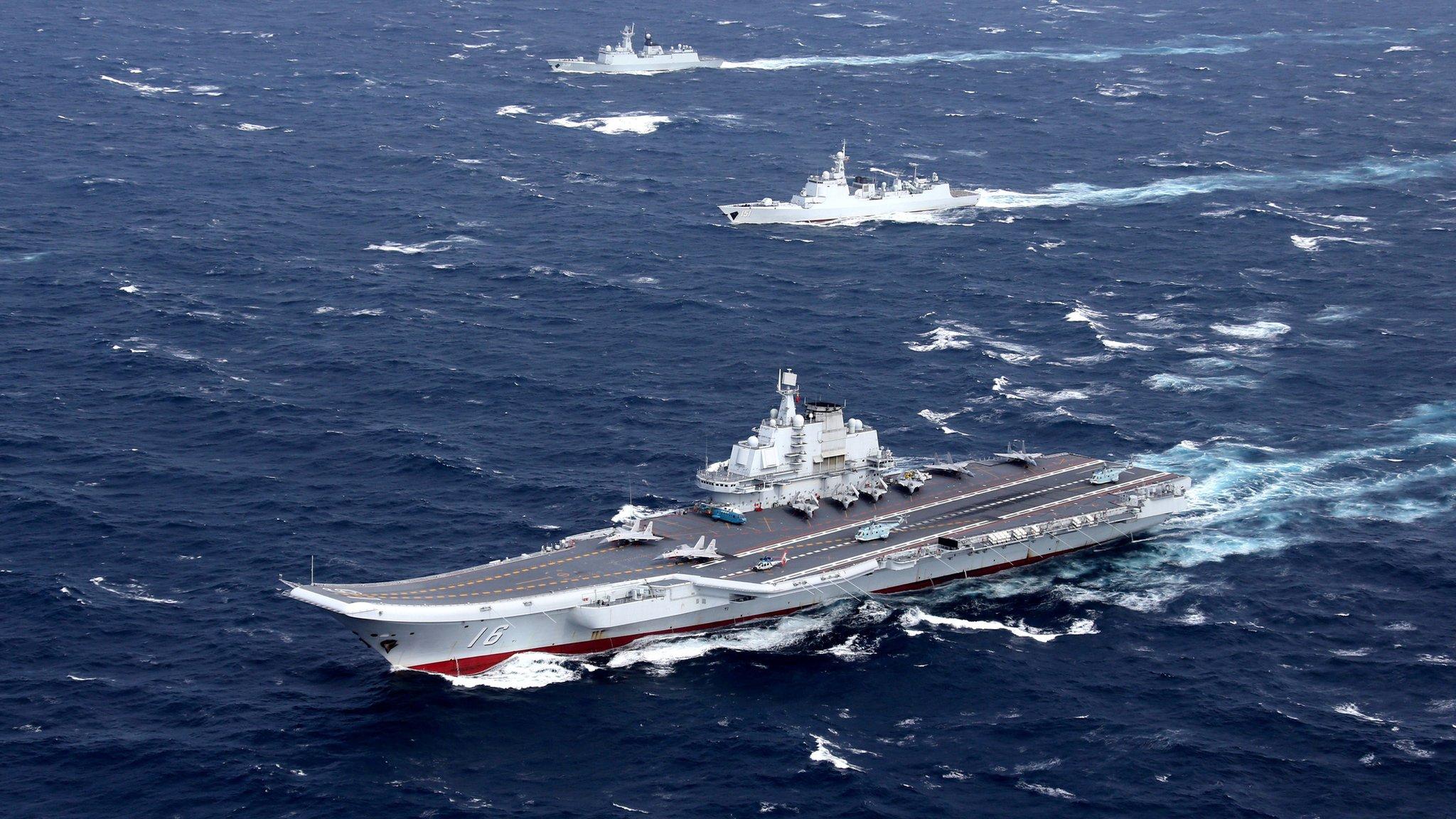 Le port-avions chinois Liaoning, à la tête d'un groupe de navires de guerre, traverse le détroit de Taïwan, le 10 janvier 2017. (Source : BBC)