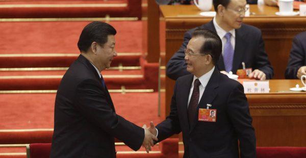 Le président chinois Xi Jinping et l'ancien Premier ministre Wen Jiabao lors de la désignation formelle de Xi à la tête de l'État, devant l'Assemblée nationale populaire au Grand Hall du Peuple à Pékin, le 15 mars 2013. (Source : Japan Times)