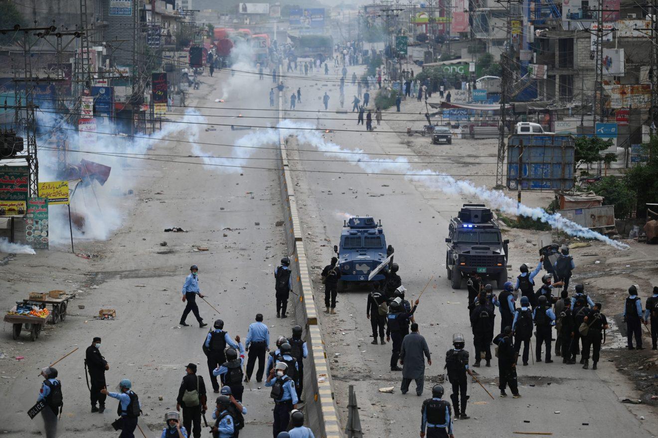 Les policiers antiémeutes tirent des grenades de gaz lacrymogène aux manifestants du Tehreek-e-Labbaik Pakistan (TLP) lors d'une protestation contre l'arrestation de leur leader qui demandait l'expulsion de l'ambassadeur de France, le 13 avril à Islamabad. (Source : Politico)
