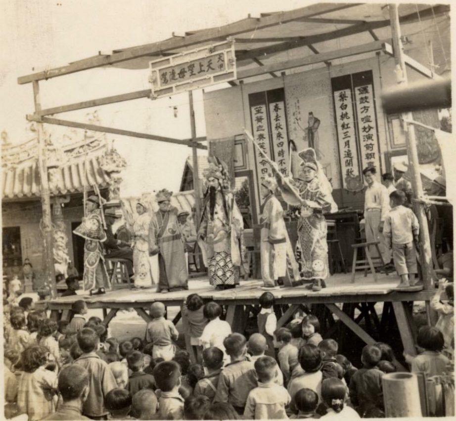 Une pièce de théâtre dans les années 1960 jouée dans le quartier de Dajia à Taichung. (Crédit : Qiu Jun Hong)