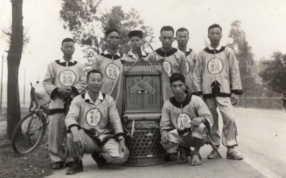 La troupe portant le palanquin de Mazu dans les années 1960. Les pèlerinages rassemblaient un nombre de croyants largement moins élevé qu'aujourd'hui. (Crédit : Qiu Jun Hong)