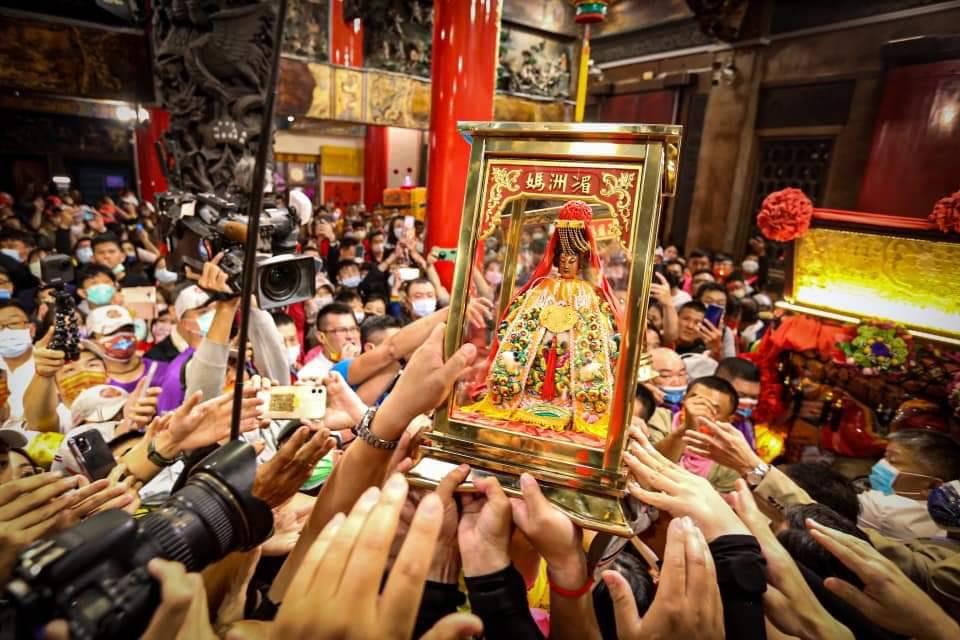 Statue de la déesse Mazu en provenance du temple de Meizhou et offerte en 1998. Chaque année lors du festival, la statue est portée hors de son temple. (Credit : Qiu Jun Hong)