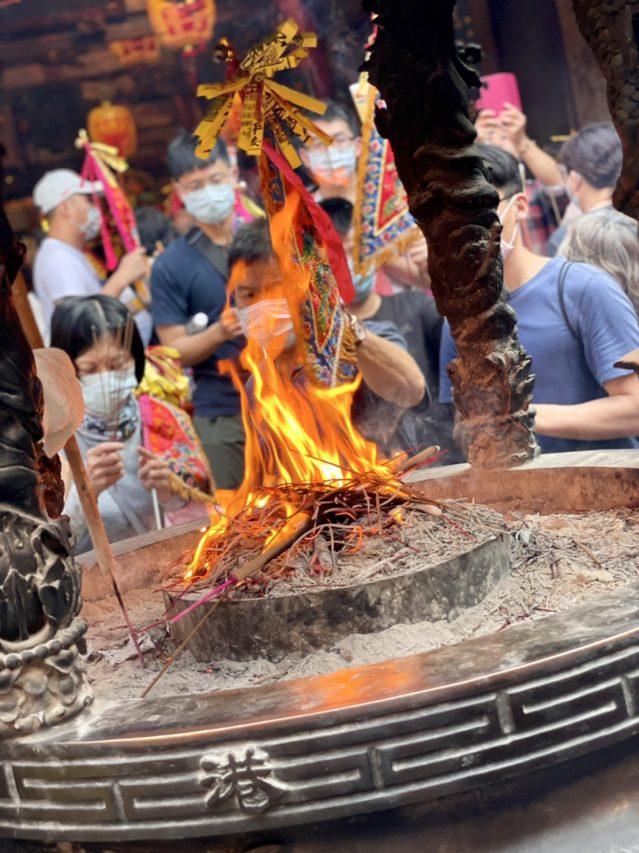 Des pèlerins brûlent de l'encens au temple céleste de Gang Feng, à Chiayi. (Credit : Qiu Jun Hong)