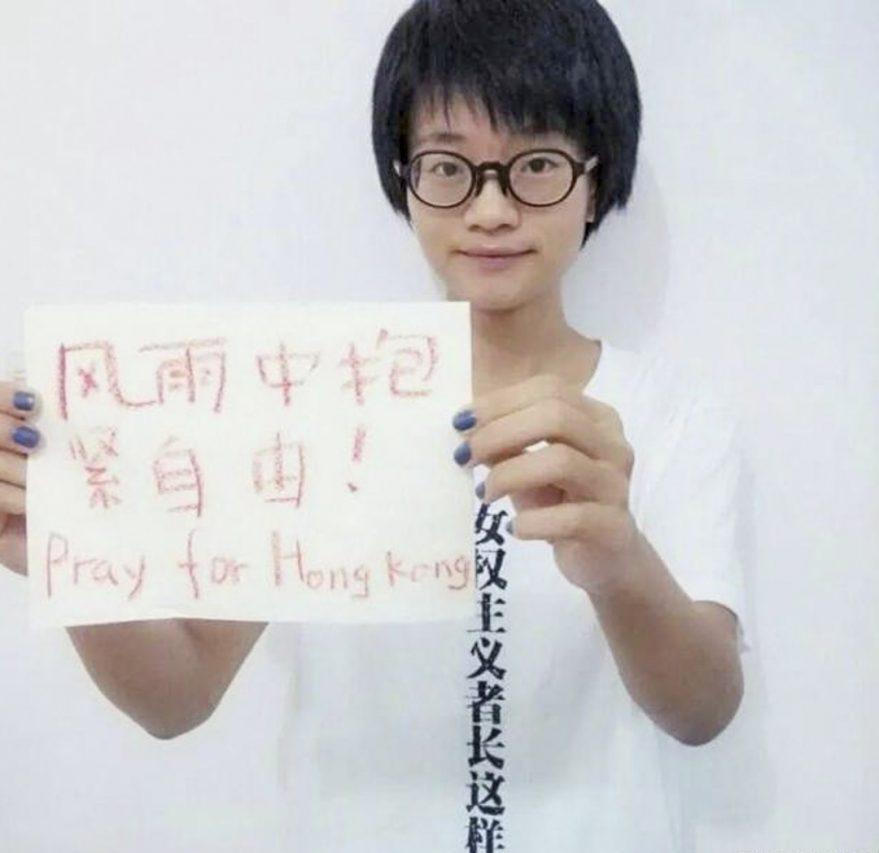 """Xiao Meili tenant une pancarte en 2014 où est écrit : """"Etreindre la liberté dans la tourmente ! Prier pour Hong Kong"""". Une image exhumée par les trolls nationalistes en 2021 pour l'accuser de défendre l'indépendance de Hong Kong. (Source : China Digital Times)"""