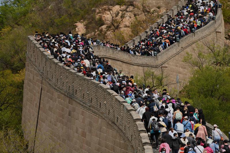 """Sur la Grande muraille près de Pékin, durant la """"semaine en or"""" du 1er mai 2021. (Source : World Journal)"""