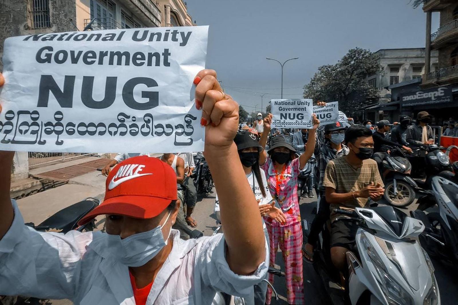 Des manifestants birmans contre le coup d'État militaire du 1er février brandissent des banderoles en soutien au gouvernement d'unité nationale (NUG). (Source : Menafn)