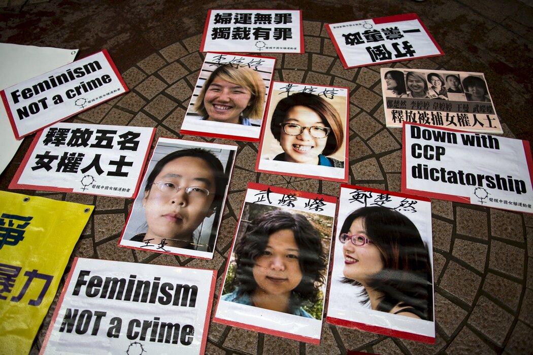 Tracts de soutien et portraits de Li Tingting (en haut à gauche), Wei Tingting (en haut à droite), Wang Man, Wu Rongrong et Zheng Churan (en bas de gauche à droite) lors d'une manifestation appelant à leur libération à Hong Kong le 11 avril 2015. (Source : Guardian)