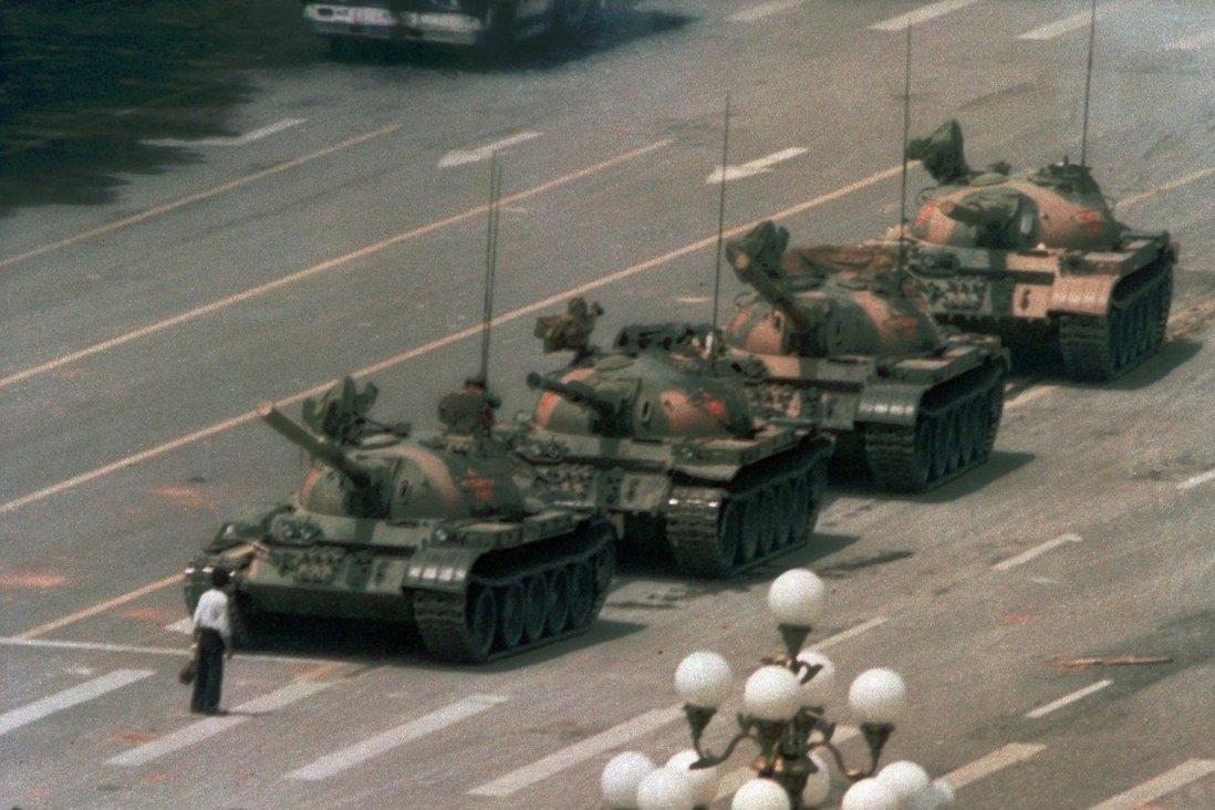"""Le 5 juin 1989, un homme, plus tard connu comme """"Tank man"""", fait barrage aux blindés de l'Armée de libération populaire, au lendemain du massacre des manifestants la place Tiananmen. (Source : SCMP)"""