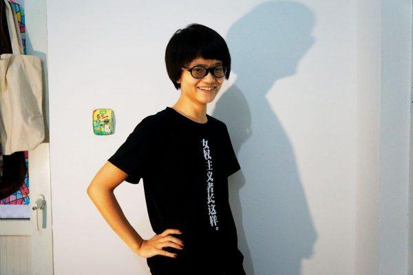 """La féministe chinoise Xiao Meili vêtue de l'un des t-shirts qu'elle a créés, où l'on peut lire : """"Voilà à quoi ressemble une féministe"""". (Source : Fuanna)"""