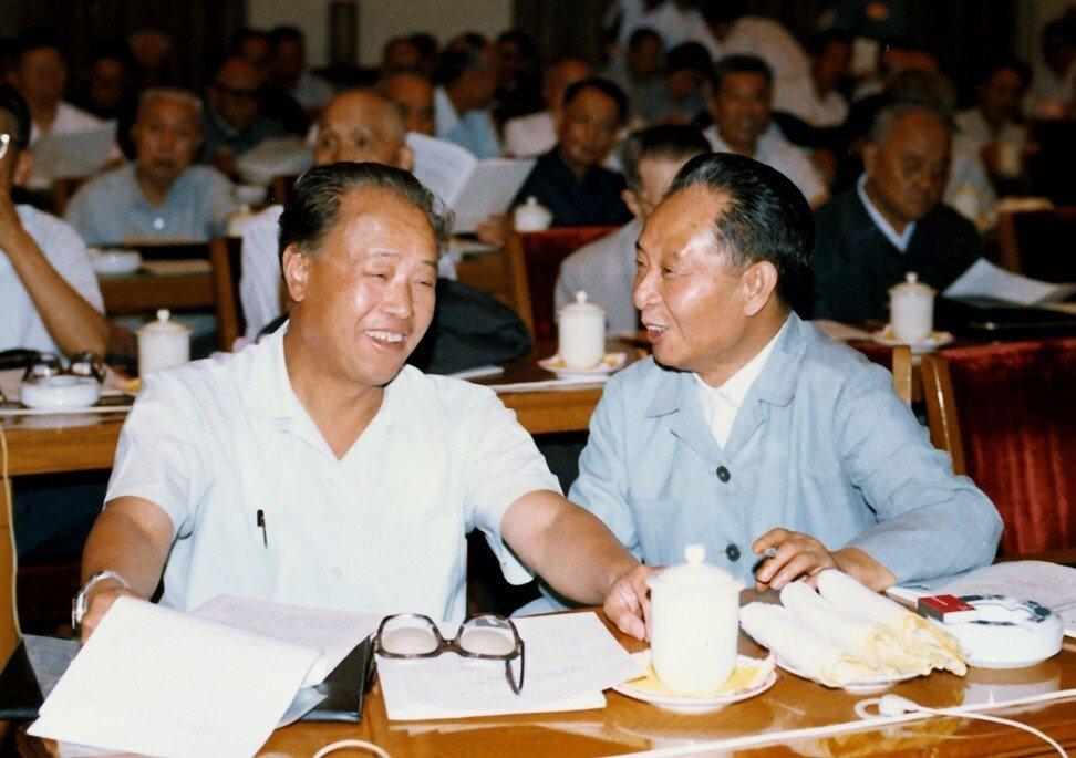 L'ancien Premier ministre chinois Zhao Ziyang écoute parler Hu Yaobang, ancien secrétaire général du Parti. (Source : SCMP)