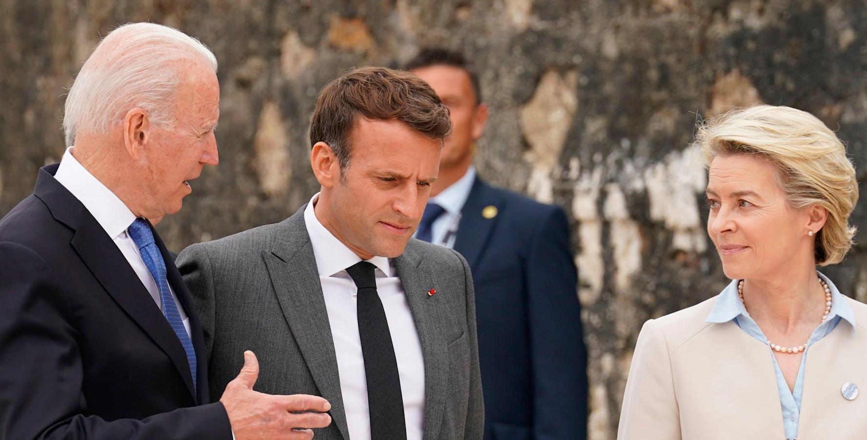Le président américain Joe Biden avec son homologue français Emmanuel Macron et la président de la Commission européenne Ursula von der Leyen lors du sommet du G7,sur la plage de Carbis Bay, dans les Cornouailles au Royaume-Uni, le 11 juin 2021. (Source : Yahoo)