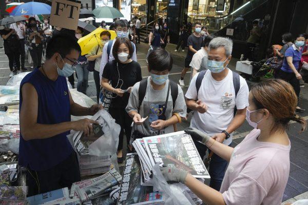 """File d'attente pour acheter le dernier numéro du quotidien pro-démocratie """"Apple Daily"""" à Hong Kong, le 24 juin 2021. (Source : Time)"""