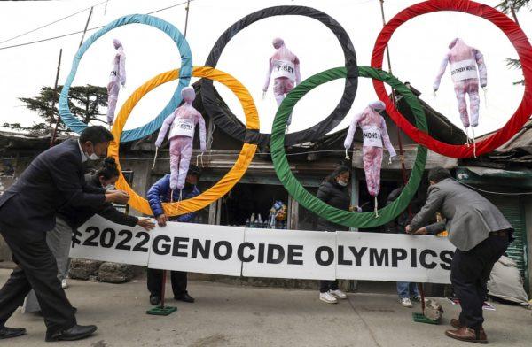 Action de militants appelant au boycott des Jeux Olympiques d'hiver de Pékin prévus du 4 au 20 février 2022, pour dénoncer les violations des droits de l'homme par la Chine à Hong Kong, au Xinjiang, au Tibet ou en Mongolie-Intérieure. (Source : SCMP)