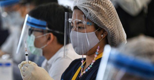 Vaccination contre le Covid-19 avec des doses de CoronaVac du laboratoire chinois Sinovac, à l'aéroport international Suvarnabhumi à Bangkok, le 28 avril 2021. Au 31 mai, la Thaïlande avait vacciné 5,2 % de sa population. (Photo by Lillian SUWANRUMPHA / AFP) (Photo by LILLIAN SUWANRUMPHA/AFP via Getty Images)