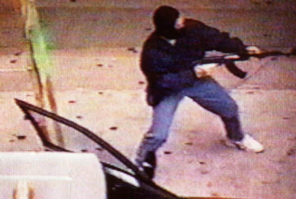 Yip filmé par une camera de surveillance pendant un braquage à la AK 47. (Source : Apple Daily)