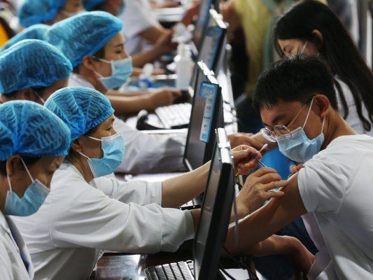 Vaccination de lycéens dans le district de Qianjiang à Chongqing. Photograph: Sipa Asia/Rex/Shutterstock (Source : Guardian)