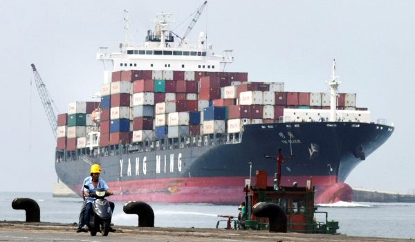 Un porte-conteneurs devant le port de Keelung au nord de Taïwan en 2010. (Source : National Review)