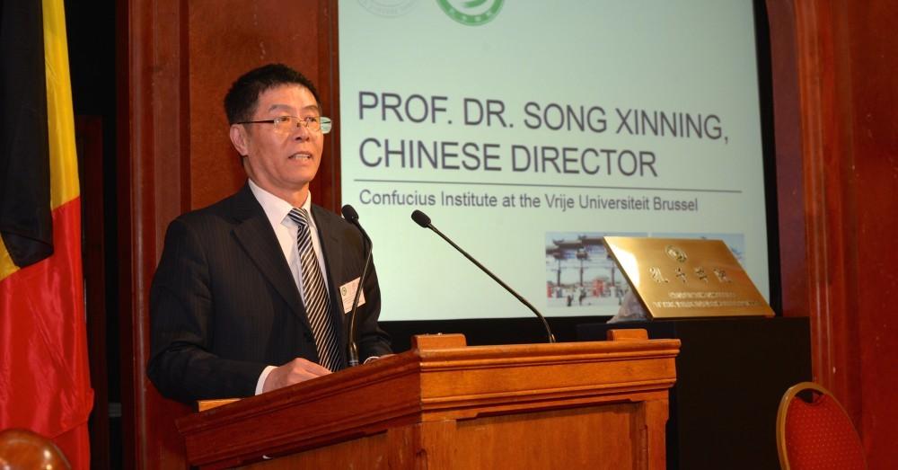 Song Xinning, directeur de l'Institut Confucius rattaché à l'Université de Vrije à Bruxelles, lors de son inauguration le 6 août 2016. Soupçonné d'avoir recruté des étudiants et des personnes du monde de l'entreprise pour le compte des services secrets chinois, Song est expulsé de Belgique en 2019. (Source : Chinanetworkvub)