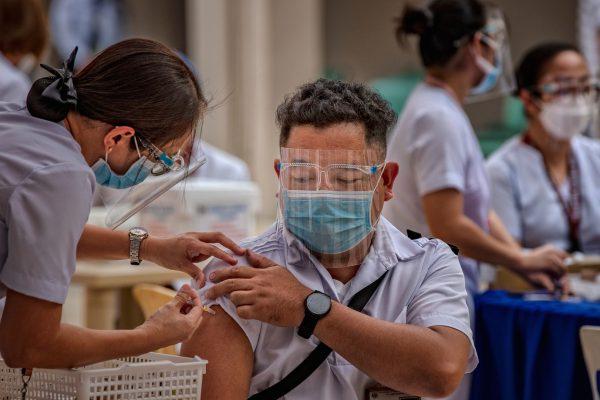 La proportion de personnes vaccinées reste encore en dessous de 10 % de la population aux Philippines, de même qu'en Inde, au Pakistan et en Indonésie. (Source : NPR)